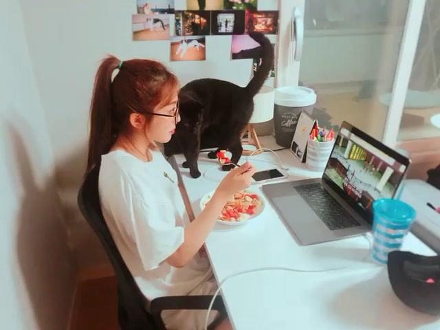 [新闻]180920 澯美分享自己的日常生活小视频 看猫咪眼色吃饭中