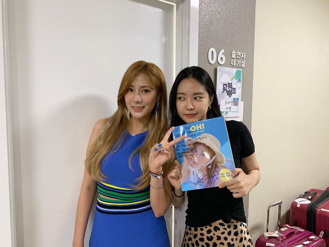 [新闻]190824 娜恩为夏荣solo出道应援,还收到了夏荣的签名