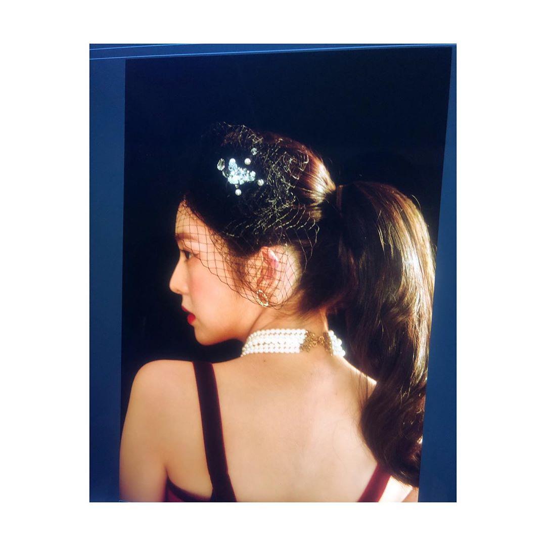 """[新闻]191207 优越的肩颈线条,Irene""""完美的化身"""""""