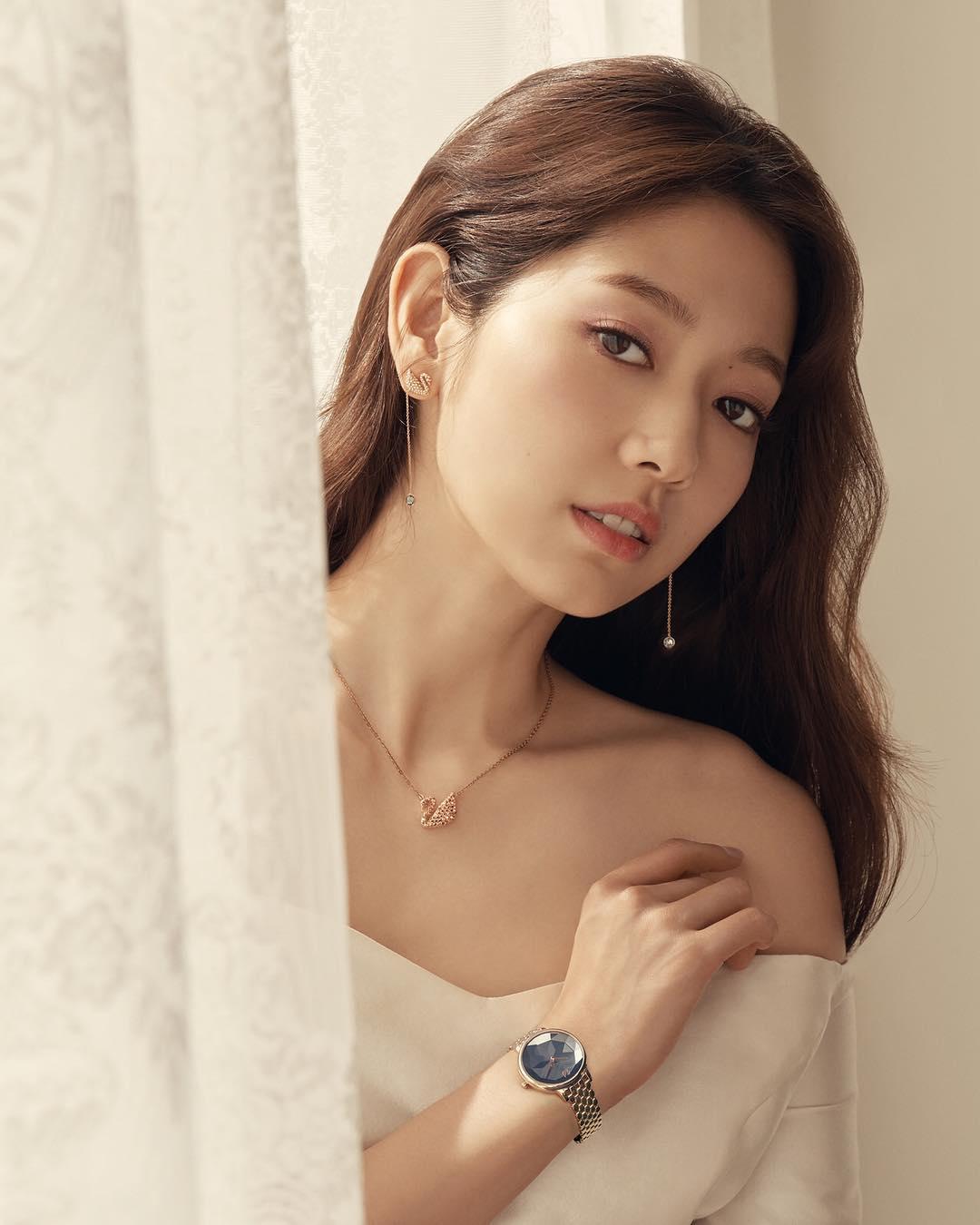 [新闻]180922 朴信惠优雅的珠宝画报公开 清冷的优雅女神