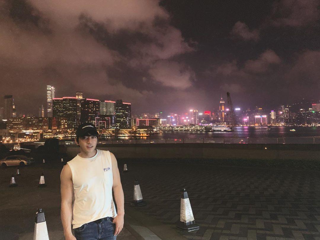 """[分享]190517 黄致列夜游香港美景 告白粉丝""""谢谢来接我的粉丝大人们"""""""