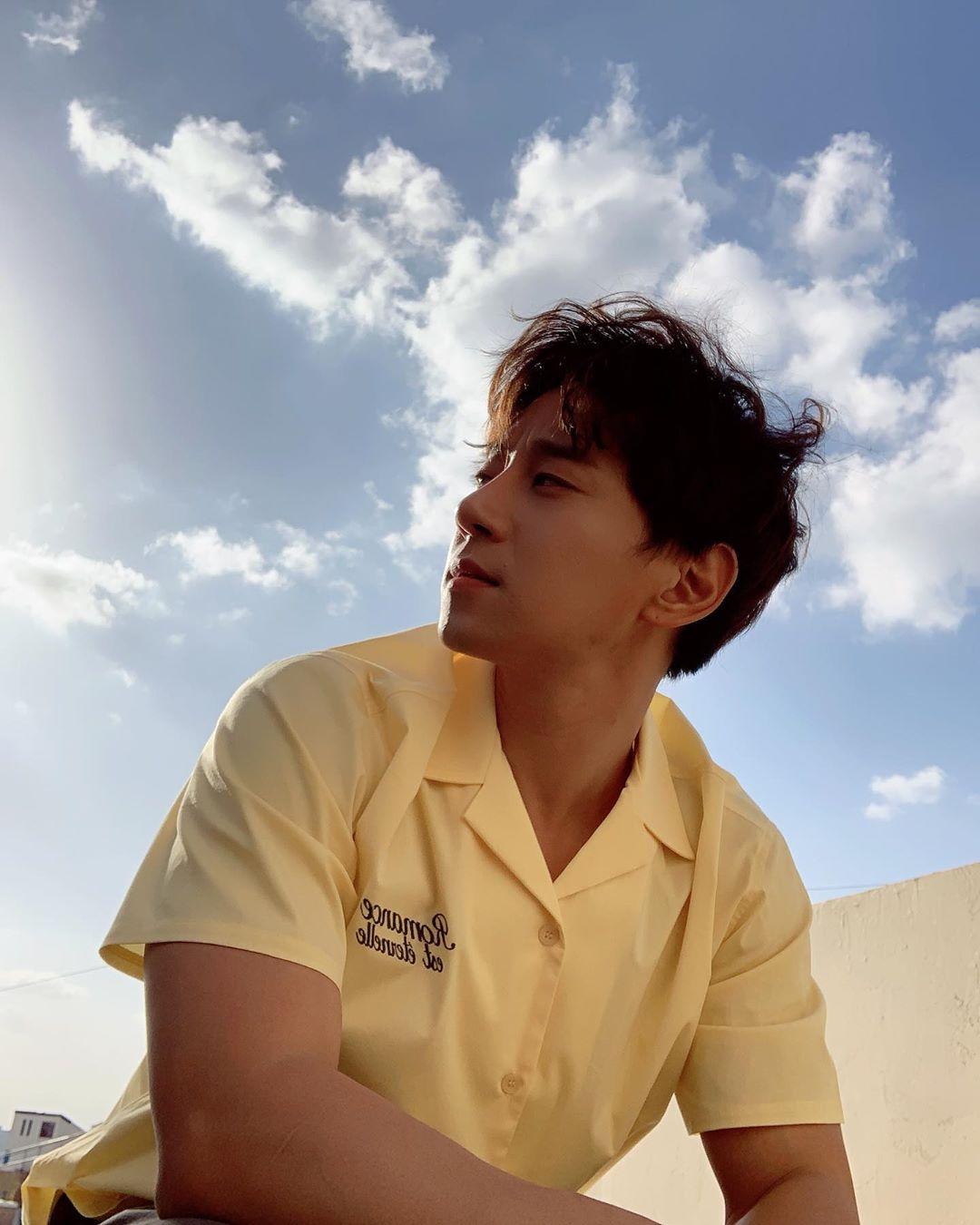 [黄致列][分享]191102 清清爽爽的大男孩 在蓝天白云下帅气加倍